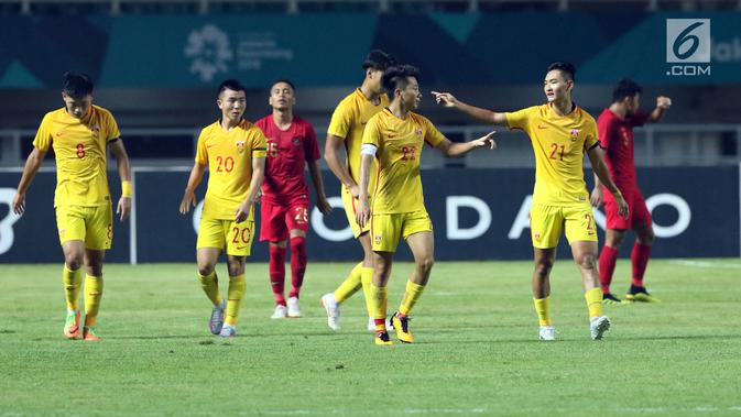 Pemain timnas China U-19 merayakan gol ke gawang Indonesia U-19 pada PSSI 88th U-19 International Tournament di Stadion Pakansari, Cibinong, Selasa (25/9). Indonesia kalah 0-3. (Googleberita.com/Helmi Fithriansyah)