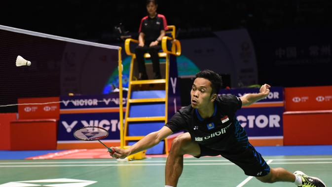 Aksi Anthony Sinisuka Ginting saat melawan Kento Momota pada final tunggal putra China Open 2018. (STR / AFP)