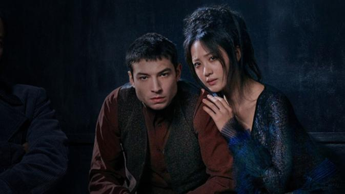 Claudia Kim dan Ezra Miller dalam Fantastic Beasts: The Crimes of Grindelwald. (Warner Bros)