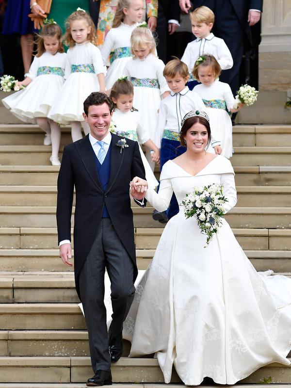 Putri Eugenie dan Jack Brooksbank diiringi anak-anak usai melangsungkan pernikahan di Kapel St. George, Windsor Castle, London, Inggris,  Jumat (12/10). (Toby Melville, Pool via AP)