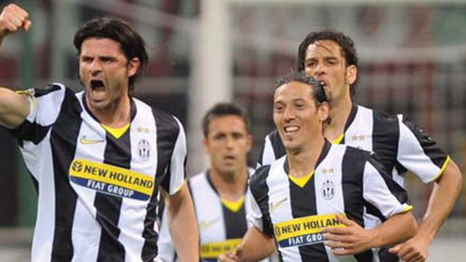 Juventus forward Vincenzo Iaquinta (L) celebrates with teammates after scoring against AC Milan during their Italian Serie A football match on May 10, 2009 at San Siro Stadium in Milan. AFP PHOTO / GIUSEPPE CACACE